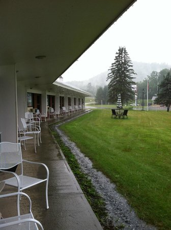 Exit 41 Travel Inn: Tables on lawn at back door of room