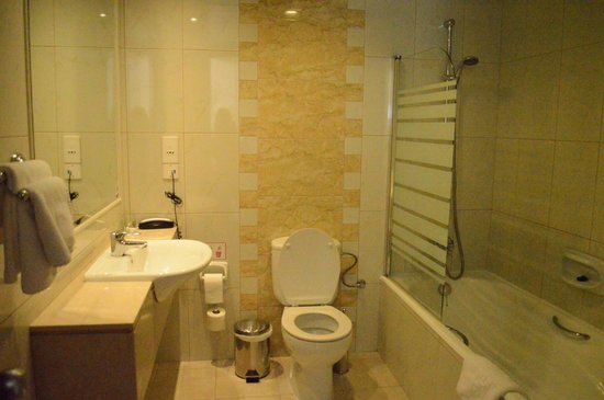 Aquamare Beach Hotel & Spa: Bathroom(room 402)
