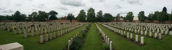 Faubourg-d'Amiens Cemetery : Arras Cemetery beyond the wall of names