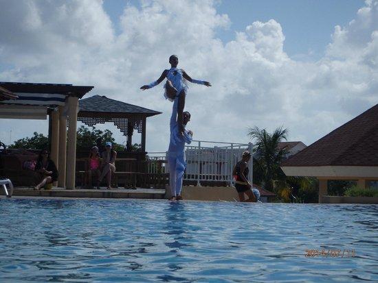 Memories Flamenco Beach Resort : Entertainment troop that comes in