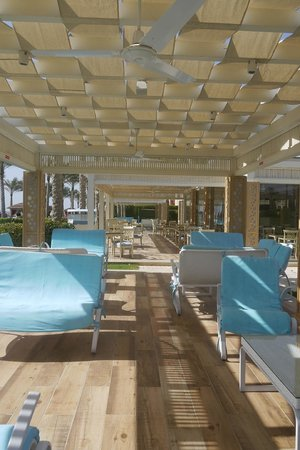 Rixos Sharm El Sheikh: seating near the beach