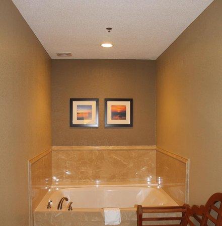 Comfort Inn & Suites: Whirlpool Suite - Jacuzzi Tub