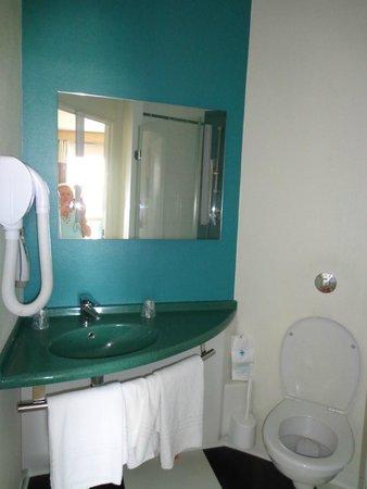 ibis Styles Deauville Villers : salle de bain avec sèche cheveux