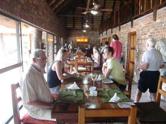 Gomo Gomo Game Lodge: Aan dAan tafel. In tegenstelling tot vorige keer was het eten nu wel altijd lekker  (april 2014)