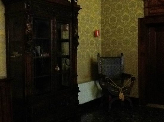 Palazzo Priuli: общая гостинная на втором этаже, раритетное кресло (садиться нельзя)
