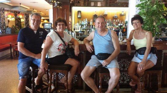 Bajondillo Apartments: gezellig aan de bar !