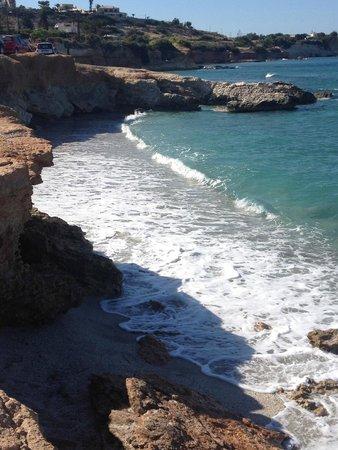 Hersonissos Maris Hotel and Suites : пляж по правую сторону от отеля
