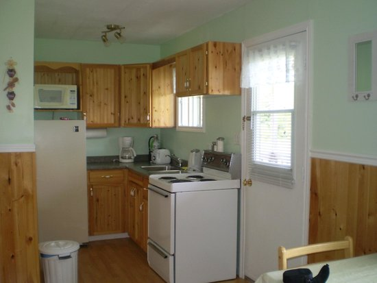 Fiddlers Green Country Cottages : Fully equipped compact kitchen