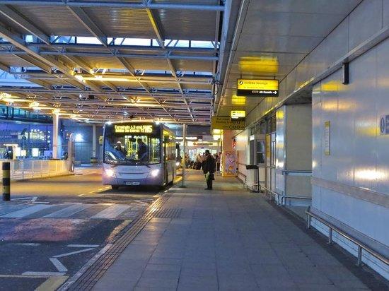 Novotel London Heathrow: 空港の有料シャトルバス乗り場