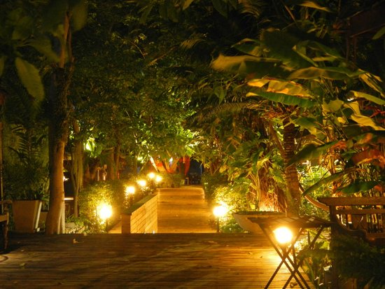 Tango Beach Resort: the central path again