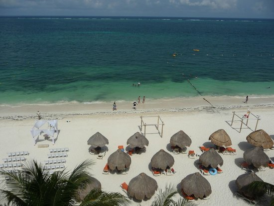 Dreams Riviera Cancun Resort & Spa: View of Beach from Top Floor - not out room sadly