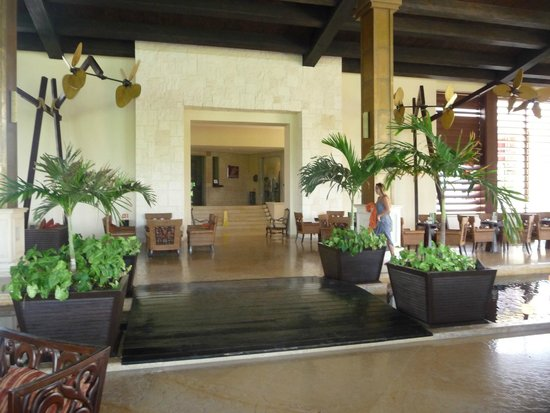 Dreams Riviera Cancun Resort & Spa: Lobby area leading to the French and Mexican restaurant