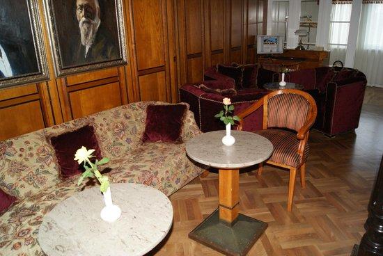Hotel Palmenwald Schwarzwaldhof: Vorraum bzw. Warteraum vor Speisesaal