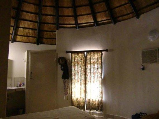 Satara Rest Camp : Zoals meestal, ook hier een rieten dak (april 2014)