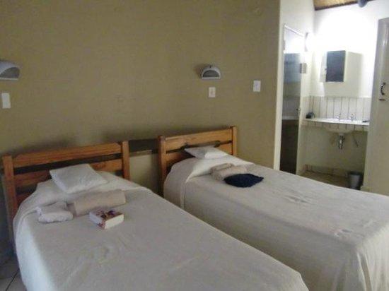 Satara Rest Camp : Prima bedden in huisje nr. 158, maar helaas lekte de airco op mijn kussen (april 2014)