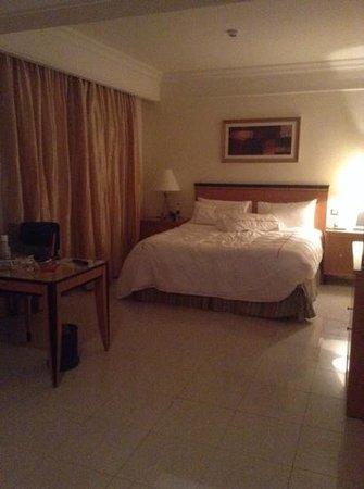 Le Royal Holiday Resort: big bed