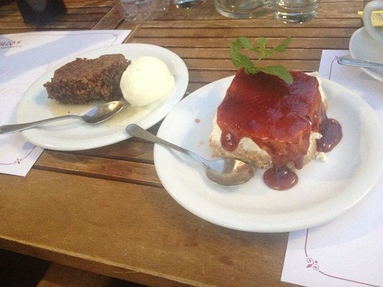 Talos Restaurant: Walnut cake and strawberry cheesecake