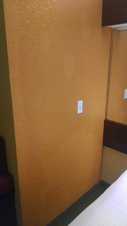 Microtel Inn & Suites by Wyndham Oklahoma City Airport: was this graffiti that they covered up??