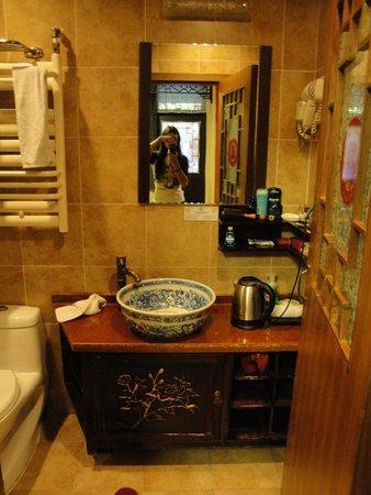 Double Happiness Beijing Courtyard Hotel: Bathroom
