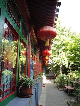 Double Happiness Beijing Courtyard Hotel: Courtyard Lanterns