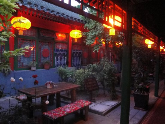 Double Happiness Beijing Courtyard Hotel: Night Time Courtyard Beauty!