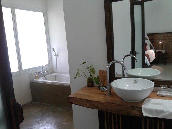 Ban Sainai Resort Aonang- Thailand: nice large bathroom with bathtub
