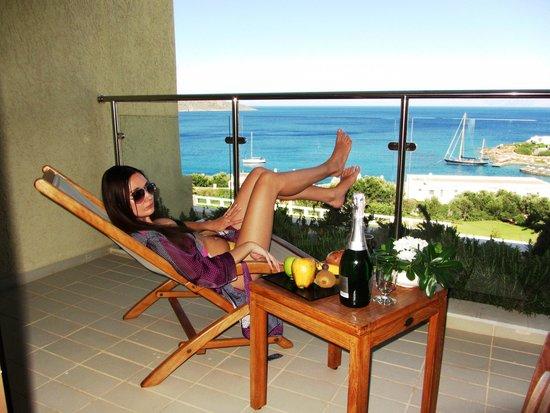 Porto Elounda Golf & Spa Resort: вид потрясающий в честь этого решили отметить шампанским