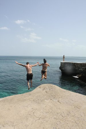 Samsara Cliffs Resort: Cliff jumping together