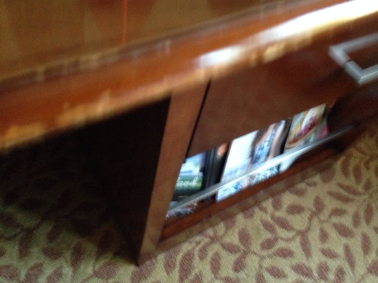 San Mateo Marriott San Francisco Airport: Beat up furniture