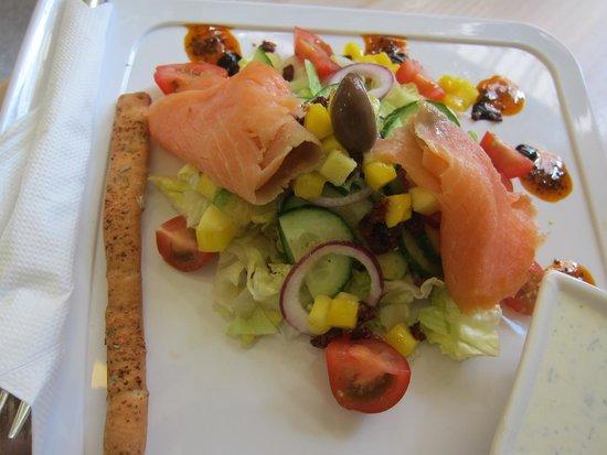 Vinetas un Allas Karumlade: Salad composition with smoked salmon