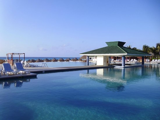 Iberostar Cancun: Pool bar and infinity pool onto beach