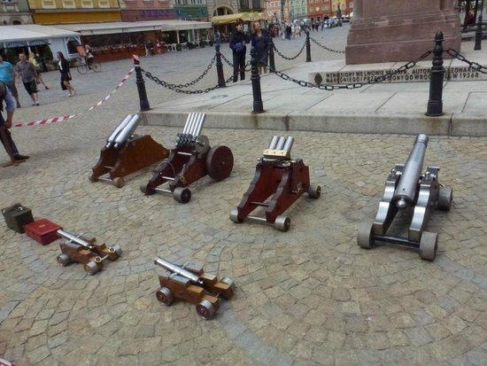 """Old Town- Historic Center: Serie di """"colubrine"""" esposte nella piazza del mercato"""