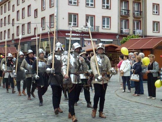 Old Town- Historic Center: Sfilata di armigeri medioevali