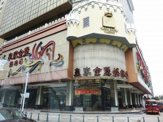 Casa Real Hotel: 写真の左がホテル入口、正面がカジノ入口