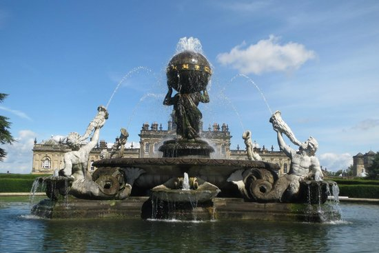 Castle Howard: The fountain is big but not bigger than the house!