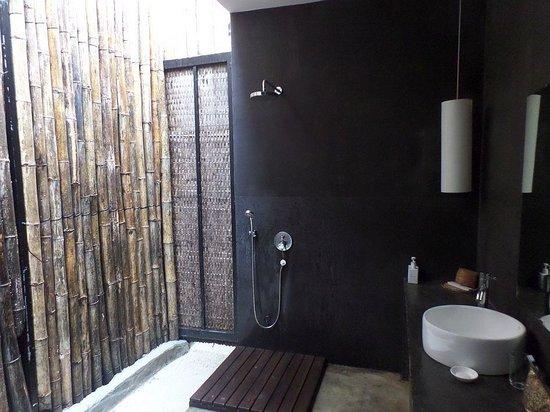 Tamu Hotel : open bathroom