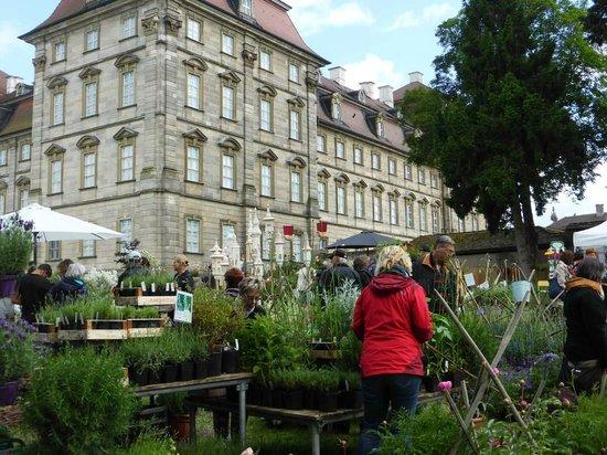 """Schloss Weissenstein: Hauptgebäude Rückseite während """"Faszination Garten"""""""