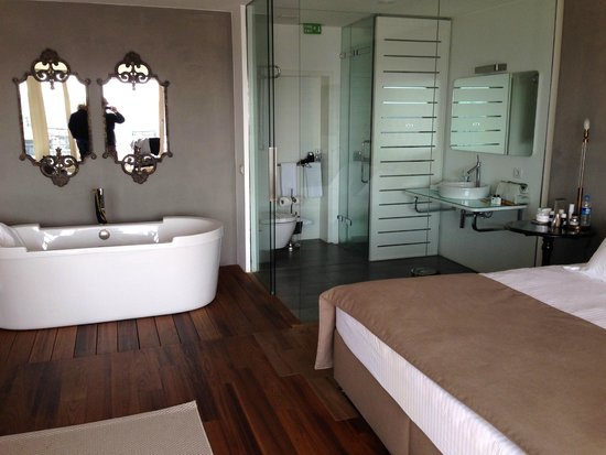 Ansen Suites: Bathroom