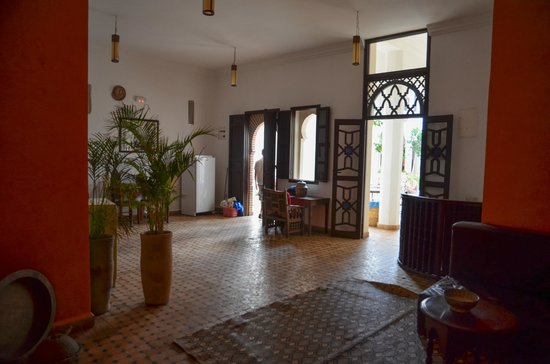 Equity Point Marrakech Hostel : kitchen looking out to courtyard