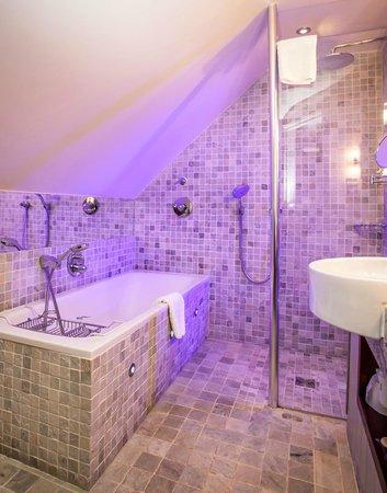 The Farmhouse Hotel: Bathroom