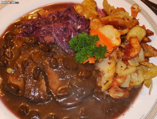 Restaurant Steinbock: Roast of marinated beef with red wine raisin sauce and served with red cabbage and fried potatoe