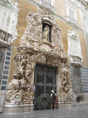 El Museo Nacional de Ceramica y de las Artes Suntuarias Gonzalez Marti : Вход в музей