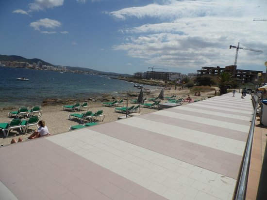 Playa Bella Apartments: small but lovely beach, a few steps from the pool