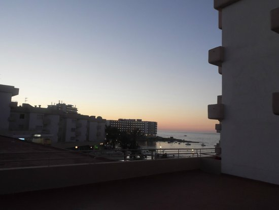 Playa Bella Apartamentos: view from the balcony at night