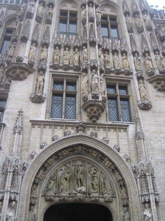 Town Hall (Hotel de Ville) : arch not centered