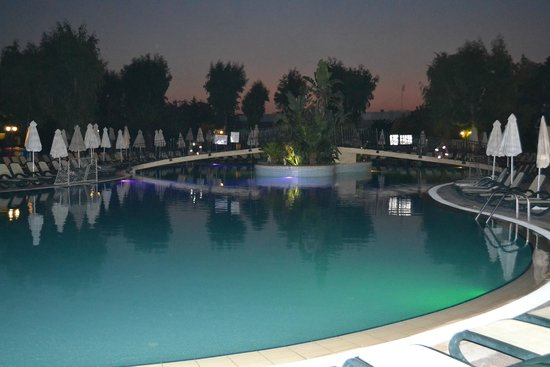 Atlantica Princess Hotel: The pool at night