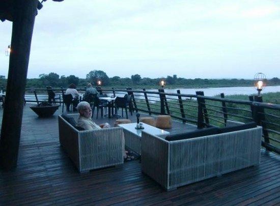 Lower Sabie Restcamp : Het uitzicht van het restaurant van Lower Sabie over de rivier (april 2014)