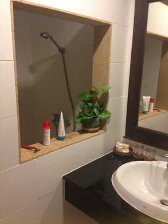 Laluna Hotel and Resort: la salle de bain et douche