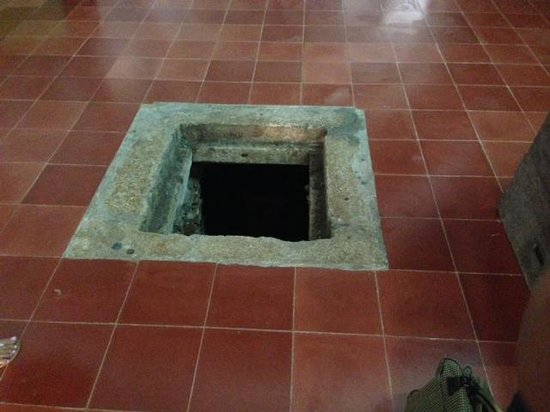 Cancun With Me Day Tours : Entrance to crypt
