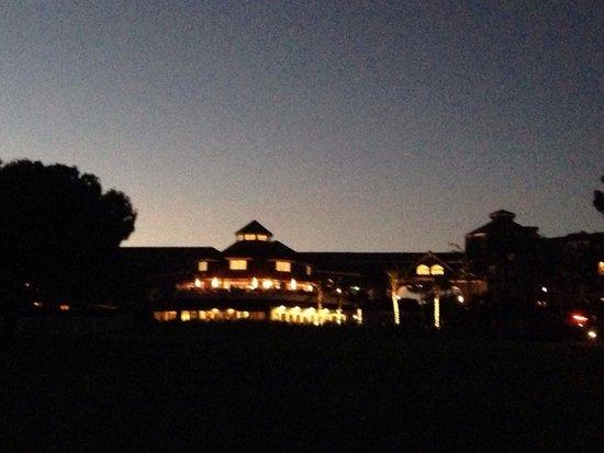 Laguna Cliffs Marriott Resort & Spa: Ночью отель выглядит особенно романтично